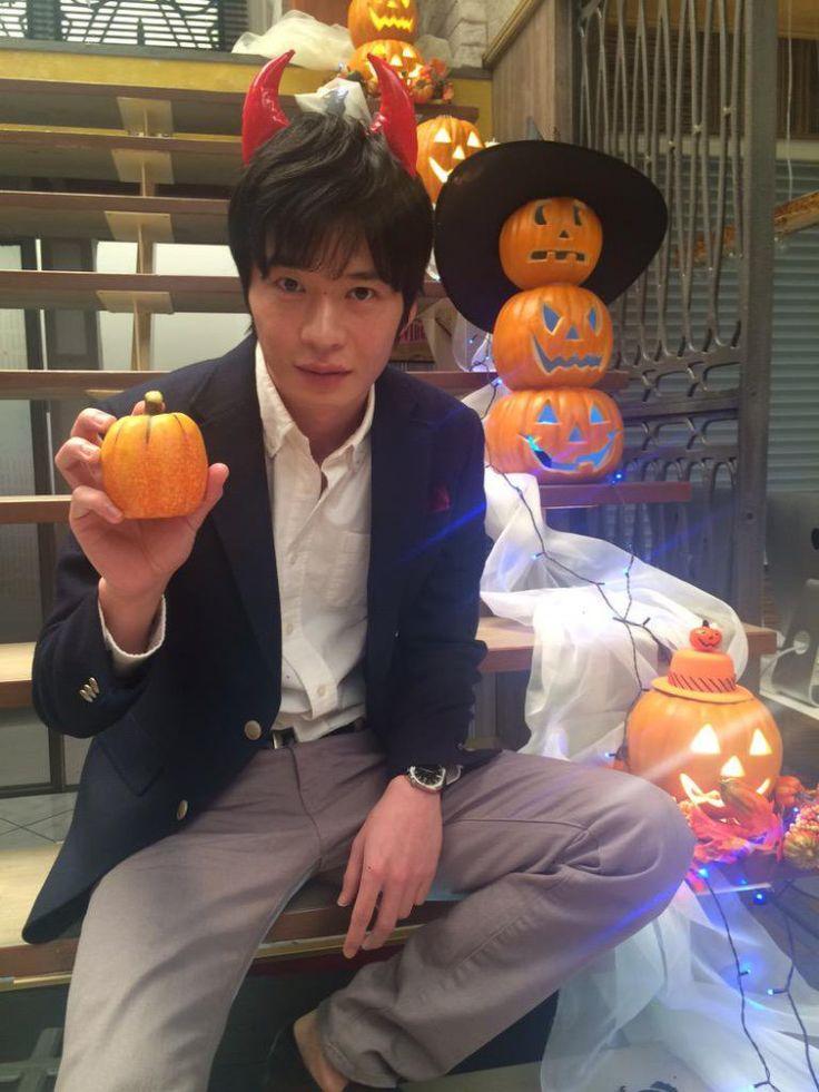 """イケメン脇役俳優の地位を確立し、いまや映画にドラマ、舞台…と引っ張りだこの田中圭さん。実は1児のパパである彼のの""""パパとしての顔""""にはときめきが止まりません…!"""