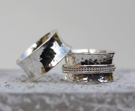 Prachtige geciseleerde zilveren trouwring (.925 gestempeld) instellen Een spinner ring voor haar en een schone gehamerd zilver band voor hem. Beide ringen hebben de uiteinden naar buiten gekruld die is extreem comfortabel om te dragen. Deze alternatieve trouwringen set is absoluut prachtig!   Maten: ❤ Kies je eigen maat ❤ Band 8 mm breed dikte van 1 mm en 10 mm breed 1 mm dikte voor het ringveld  Materialen: ❤ Sterling silver (. 925)  Opties voor aanpassing: (Neem contact op met mij via etsy…