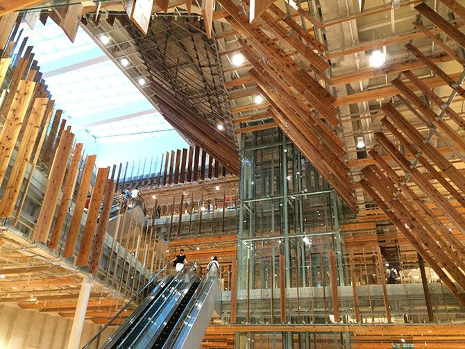 2015年8月に富山市の中心市街地に全面開業した複合施設「TOYAMA キラリ」。富山市ガラス美術館と富山市立図書館本館、カフェやミュージアムショップ、銀行等からなる複合施設だ。核となるのは美術館と図書館。6Fのグラス・ …