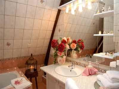 Une des salles de bains de la propriété avec Chambres d'hôtes à vendre près de Pont-l'Evêque et Deauville en Calvados