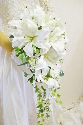 大輪カサブランカ百合と白バラの豪華なキャスケードブーケ・ウェディングブーケの画像