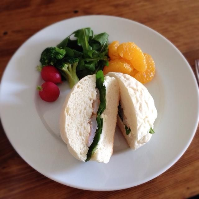 シュリンプ、クリームチーズ、ルッコラを白パンでサンドイッチに。さっぱり爽やか、朝ごはんにピッタリです☆ - 31件のもぐもぐ - シュリンプ&クリームチーズサンド by bethjoe