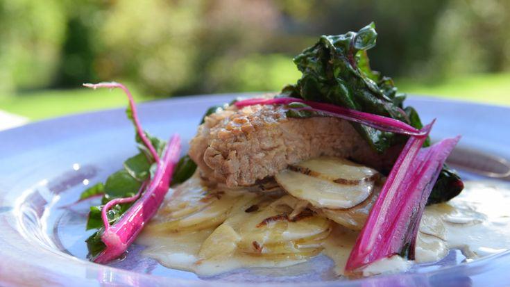 Potatis, jordärtskocka, ingefära och tryffel hänger ihop både botaniskt och smakmässigt. Kombinationen blir här en underbart smakrik gratäng. Genom att låta potatisen sjuda upp i gräddmjölken innan gratinering frigörs stärkelsen och vi får en härligt krämig konsistens. Till vår gratäng serverade vi nystekt mangold med grisnacke
