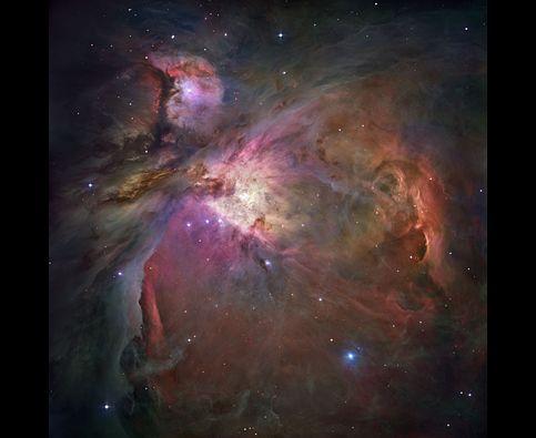 Orionin sumu    Pyörivän tomun ja kaasun muodostamassa luolassa muodostuu tuhansia tähtiä. Tässä Orionin sumun kuvassa näkyy yli 3 000 erikokoista tähteä.