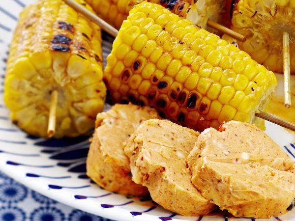Grillatut maissit ja chilimaustevoi kuuluvat kesän klassikoihin. http://www.yhteishyva.fi/ruoka-ja-reseptit/reseptit/grillatut-maissit-ja-chilimaustevoi/014108