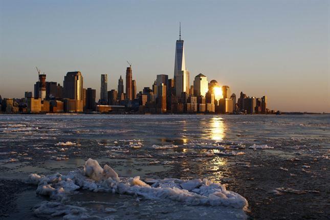 Bloques de hielo sobre el río Hudson, con la torre del One World Trade Center de fondo. Foto: Reuters