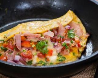 Omelette au jambon fumé, tomates et herbes : http://www.fourchette-et-bikini.fr/recettes/recettes-minceur/omelette-au-jambon-fume-tomates-et-herbes.html