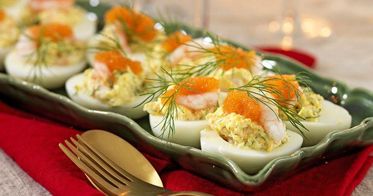 Ägg är en viktig del av julbordet och fyller du ägghalvor med röd rom och räkor så blir de extra lyxiga!