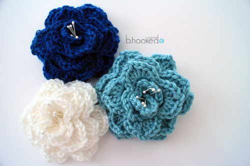 Crocodile Stitch Flower: Free Pattern. Can you imagine making these for groom boutineers to match your wedding color scheme? Mahvelous dahling! #MoonstoneMary