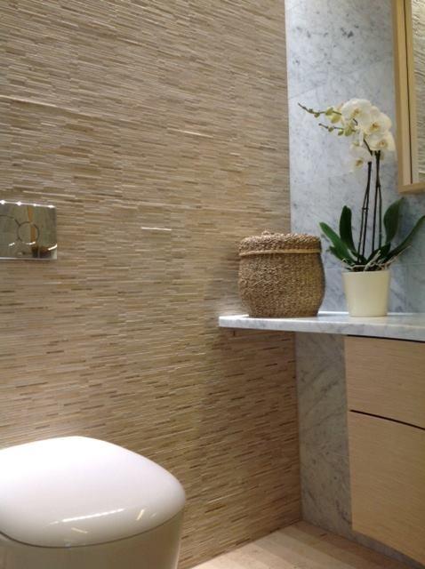 Tässä wc:ssä on lattiassa Tulikiven Jura Beige -kiveä. Seinä ja taso ovat valkoista Carraran marmoria. Seinässä vasemmalla on kvartsiittimosaiikki TK 621 Golden Gate. Kaunista! Kohde: Kiven Herra.