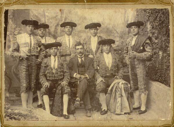 """Cuadrilla de toreros en 1909, Cádiz"""