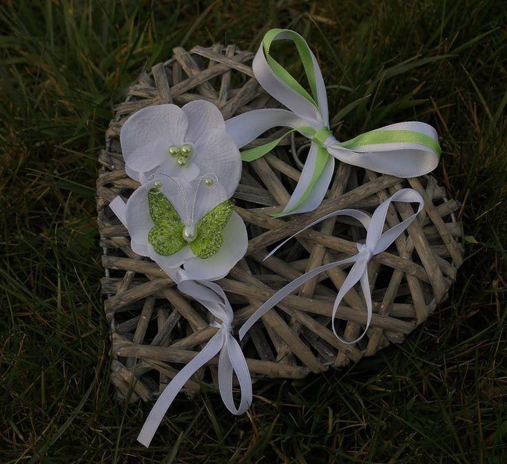 ♥ Porte Alliances Coeur de rotin, Orchidées blanches et papillon vert anis mariage (PERSONNALISABLE A VOS COULEURS)