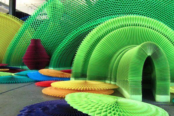 Que os orientais são hábeis e pacientes nós sabemos. Mas, o designer de Peguim Li Hongbo,elevou essas características a um novo patamar. Ele faz esculturas altamente complexas utilizando milhares de camadas de papel-de-seda, colados como favos de mel, e que resulta em uma das coisas mais surpreendentes que já vimos. À primeira vista, as esculturas parecem ter sido feitas de porcelana ou gesso, mas olhando mais calmamente e a partir das demonstrações do artista, percebemos o complexo e…