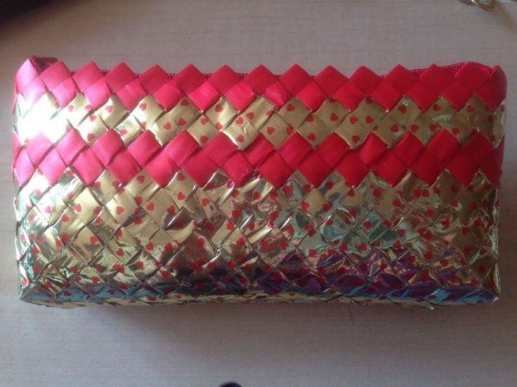 Taske flettet af gavebånd