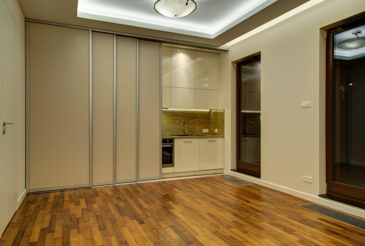 Gabinet. Projekt + wykonanie Perfect Space Recepcja z miejscem na ekspozycję informacyjną (logo), łazienka, zaplecze socjalne. Zasuwana kuchnia – kuchnia zabudowana w szafie. Rozprowadzenie HDMI – na rzutniki w pomieszczeniach. Tapicerowane ściany + siedziska. Prysznic po-zabiegowy typu Walk-In.