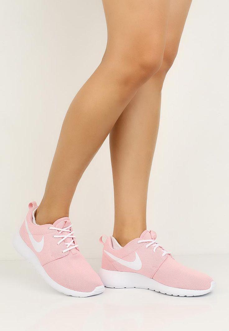 Невероятно легкие и дышащие женские кроссовки Nike Roshe ONE имеют верх из сетчатого материала и ...