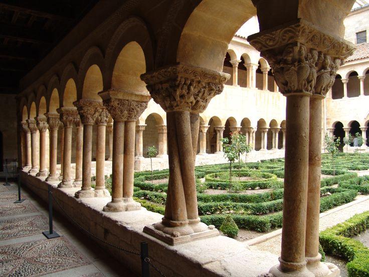 Claustro del Monasterio de Santo Domingo de Silos, síntesis del románico con influencias prerrománicas y cordobesas. -Escultura románica en España.