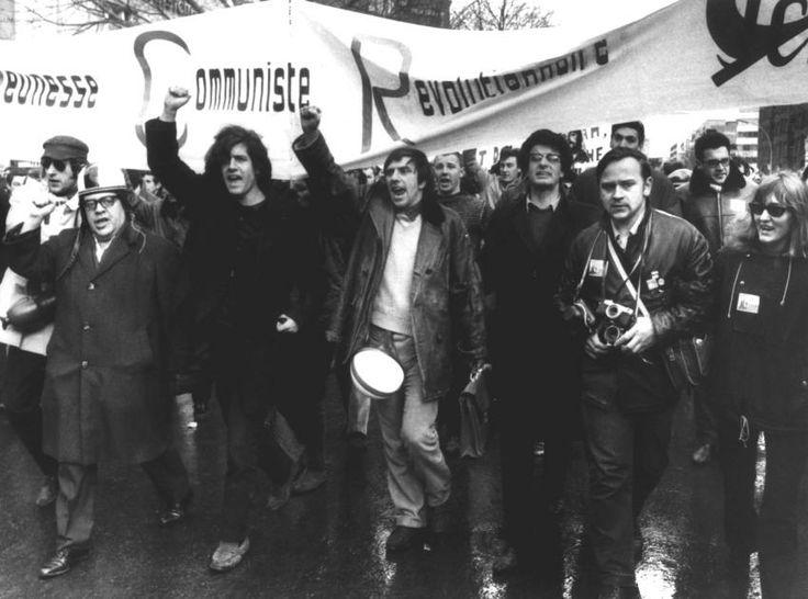 """Dutschke bei einer Demonstration: Der Studentenführer Rudi Dutschke (M., mit erhobener Faust) sowie der deutschen Lyriker und Schriftsteller Erich Fried (l.) in Berlin an der Spitze eines Demonstrationszuges gegen den Vietnamkrieg. """"Ho Ho Ho Chi Minh!"""" ..."""