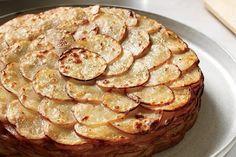 Этот французский рецепт заставит влюбиться в картофель вновь. Кто бы мог подумать, что из таких простых ингредиентов получается настоящее банкетное блюдо! Нарезанный тонкими ломтиками картофель зам…