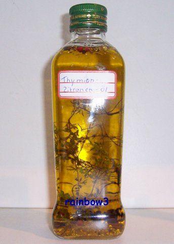 Zitronen-Thymian-Kräuteröl:Zutaten: 6 Zweige Thymian frisch,3 ZweigeZitronenthymian,0.5 TL Zitronenschale gerieb,1 TL Pfefferkörner,500 mlOlivenöl.Thymian waschen u mit Küchentüchern trocknen. Zweige zusammen mit Zitronenschale u den Pfefferkörnern in eine Flasche geben.Mit Olivenöl auffüllen.Nach ca. 2 Wochen hat das Öl die Aromen aufgenommen u kann benutzt werden.Beachte,dass die Zweige,die nicht mit Öl bedeckt sind zu entfernt sind,da sie sonst schimmeln.