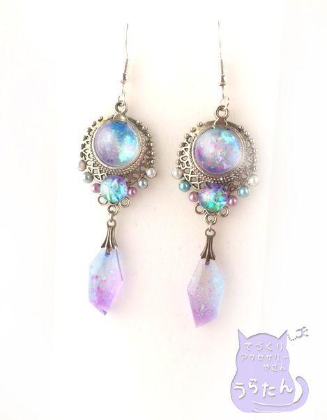 水色のオーロラパールピアス.。o○o。.★.。o○o。.☆.オリエンタルな銀色の透かしパーツに水色と紫に輝くレジンが3つ使われています京都オパールフレークと、オーロラフィルムによりどんな角度から見てもキラキラ七色に輝きます女性らしく個性的で清楚なデザイン...