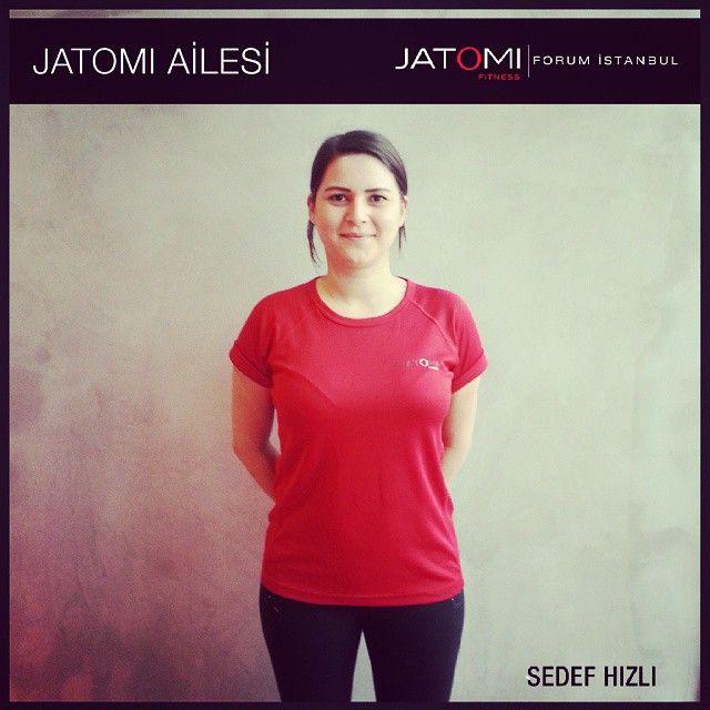 Jatomi Fitness Forum İstanbul – Sedef Hızlı  / Personal Trainer  Trakya Üniversitesi mezunu, 1. Kademe fitness antrenörü, 1. Kademe pilates eğitmeni, profesyonel voleybol oyuncusu.  Yetkinllik alanları: Pilates, core exercises, functional training, total body,  Öne Çıkan Grup Dersleri: Total Body, Core Exercises  Motto: Yaşlandığımız için egzersiz yapmayı bırakmıyoruz, egzersiz yapmadığımız için yaşlanıyoruz.