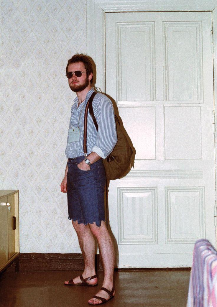 Los archivos secretos de la Stasi: Desde dentro de la Stasi | Fotogalería | Internacional | EL PAÍS  Los espías a menudo se disfrazaban de extranjeros para pasar desapercibidos en los lugares frecuentados por turistas. Mochilas, sandalias, bolsas de plástico, cámaras de fotografía...todo valía para transformarse. SIMON MENNER
