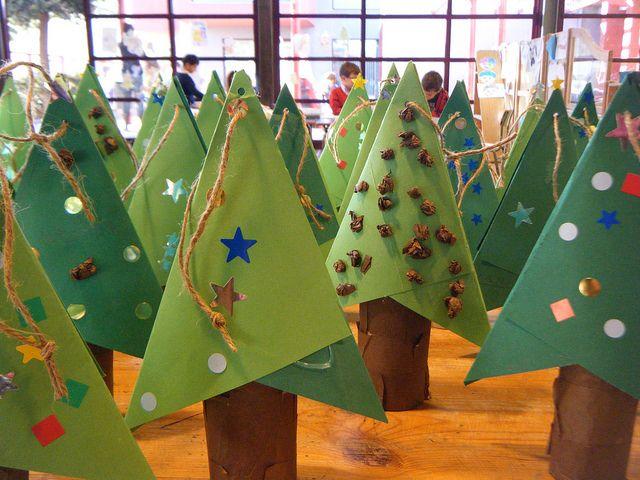 Een kerstboom met twee vouwbladen (in een schuine vouw) en een wc-rol of keukenrol. Staand, of hangend, even versieren en klaar!