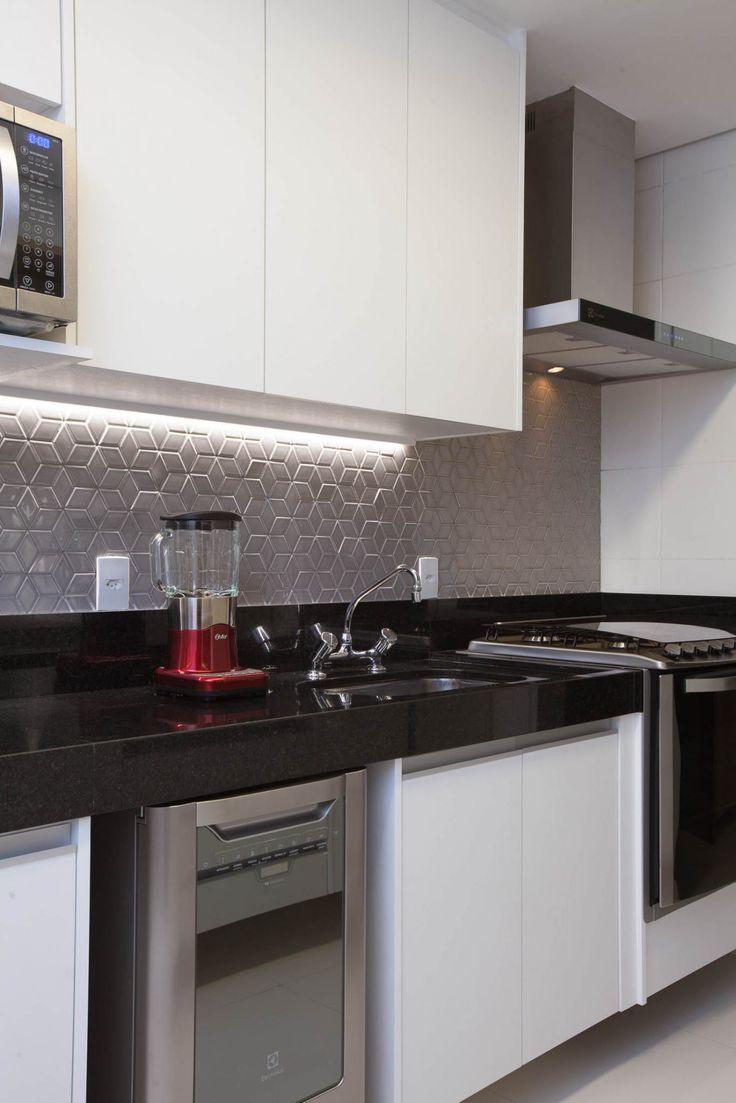 Cozinha com revestimento cinza e   efeito geometrico na parede. Vem ver mais no blog!