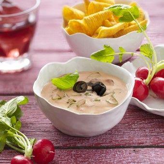 Eenvoudig recept voor een dipsaus van platte kaas en witte wijn. Heerlijk met zwarte olijven!