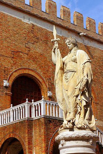 Treviso Statua piazza Indipendenza