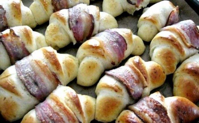 Kynuté rohlíky s cibulkou a slaninou | NejRecept.cz