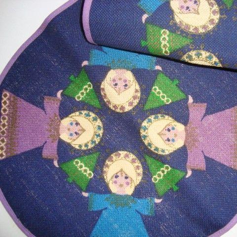 Retro Christmas danish textile table runner from INKA PRINT - 1970es. Material is jute. 29 x 63 cm.  #retro #danish #christmas #textile #1970 #danskjul #tekstil #bordløber #inkaprint SOLGT/SOLD on www.TRENDYenser.com