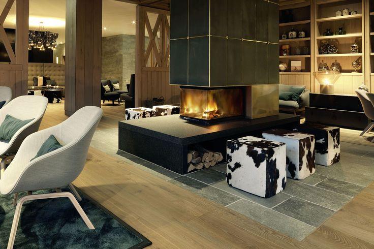 Handgefertigte Landhausdielen aus Eiche mit Längen bis 5 m und 35 cm Breite. Farbton 'Venedig' ist ein angenehmer, eleganter Braunton. Zu sehen ist der Holzboden im Hotel Löwen in Schruns (Österreich).