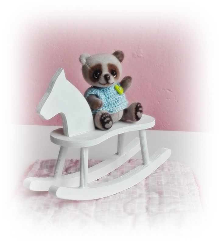 R468 Misha+:)+Medvědí+miminko+ušité+z+kvalitního+sametu.+Je+pětikloubové,+takže+je+plně+pohyblivé.+měří+7+cm+Jedná+se+o+sběratelského+medvídka,+není+vhodný+pro+děti+.+(dekorace+není+součástí+prodeje)