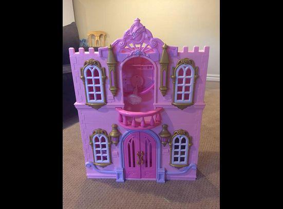Vintage barbie house avec ascenseur
