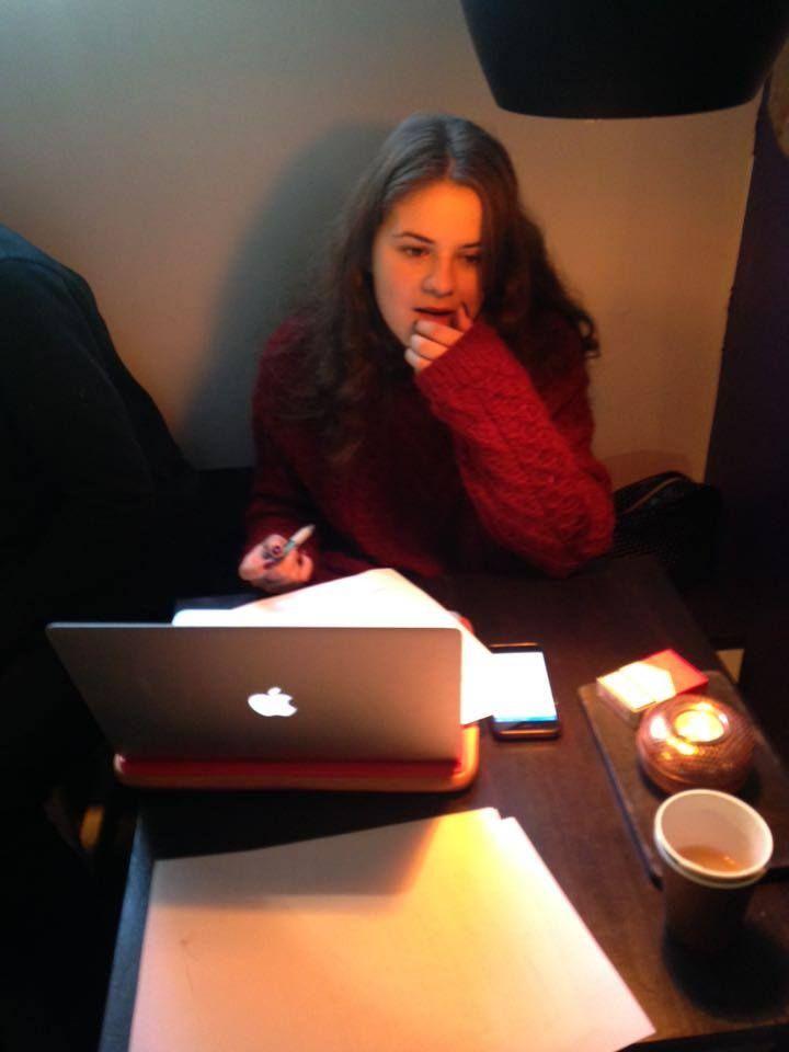 hvorfor er hun på cafe istedet for at være til engelsk