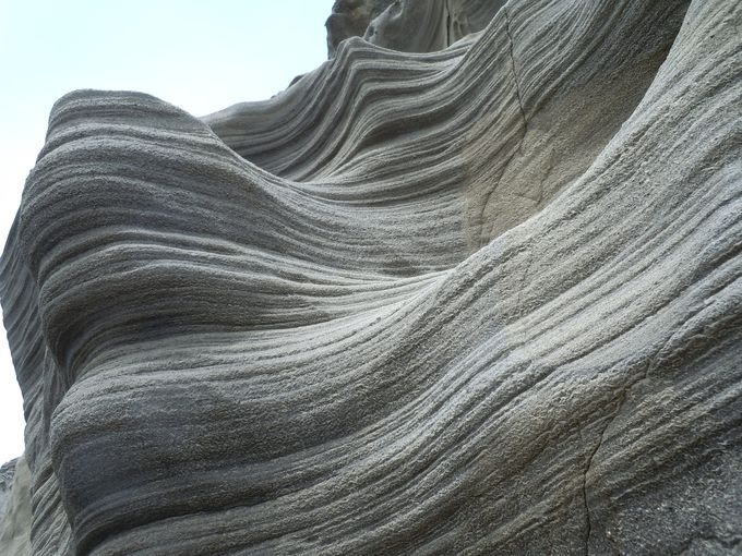 アメリカのバーミリオンクリフ国立公園にあるザウェーブは地層が美しく人生で一度は見ておきたいと称される世界一の絶景規模は小さいながら下田市恵比須島ではそれに匹敵する美しい地層が見られます波打つような神秘的な地層は造形美の極みとも言われますそんな綺麗な光景と裏腹にゴツゴツとした謎めいた眺めも同じ島でも全く違う種類の地層が広がるミステリーに包まれた恵比須島をご紹介します