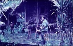 Leden van de Sterrengebergte-expeditie in een Papoeadorp, 1959