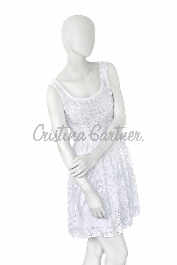 Vestido en blonda blanca, forrado en algodón blanco, corte en cintura estilo 50's. #EstiloGartner #CristinaGartner #Chic #Fashion #Outfit #DiseñoColombiano #ClassicDress #Style #Design #White