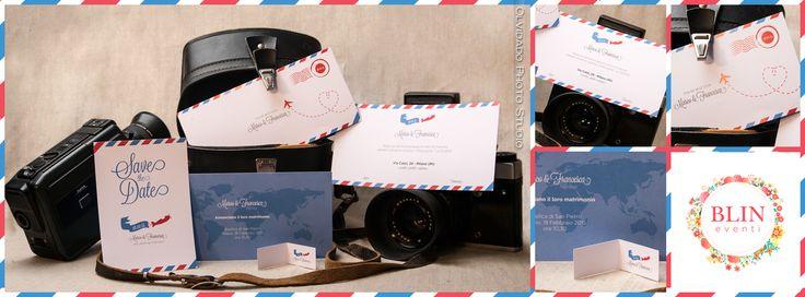 """Tema Viaggi - """"Si, viaggiare"""" : il primo set (cod. SV01) ha come logo principale un piccolo aeroplano e si sviluppa con i colori del tipico nastro airmail postale che fa da cornice. All'interno, con un formato che ricorda la tipica carta d'imbarco, un mappamondo come sfondo e il vostro annuncio. By Blin Eventi"""