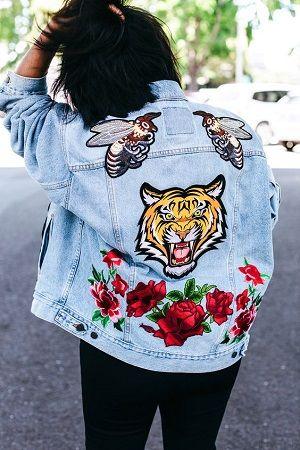 jaqueta jeans com patches florais
