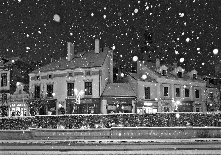 Már éjszaka esett a hó, alig vártam, hogy mehessek fotózni, a még kivilágított városba. Hat előtt indultam és fél nyolcig jártam az utcákat ...