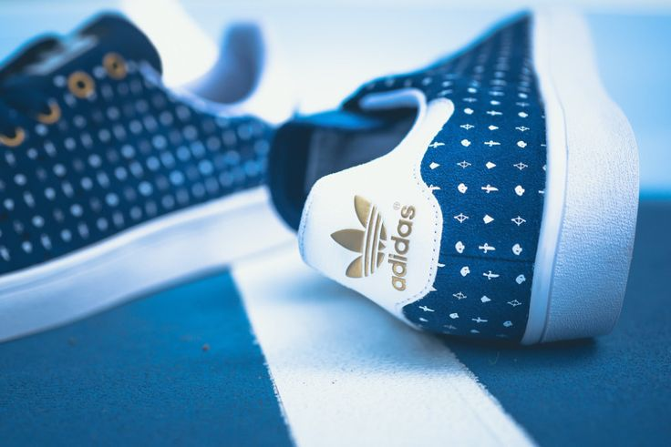 Daim bleu avec motifs blancs et arrière blanc/ doré du symbole Adidas    | Stan Smith