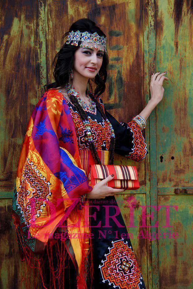 Robe kabyle noir très colorée à la base, constituée de différentes pièces,  la robe