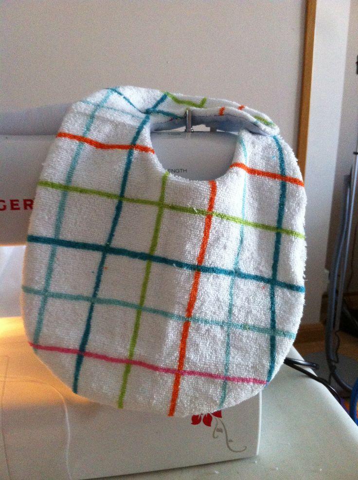 Babero con toalla de cuadros multicolor