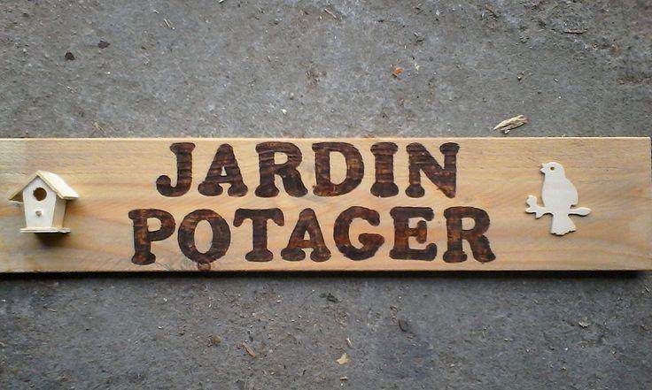 Pyrogravure sur une planche de palette pour les jardiniers