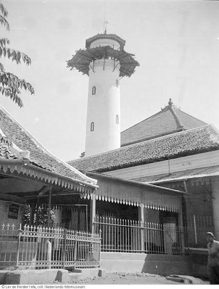 Mesigit (moskee) in Surabaya, Indonesië (mesjid Agung Sunan Ampel) 1950 - source Geheugen van Nederland