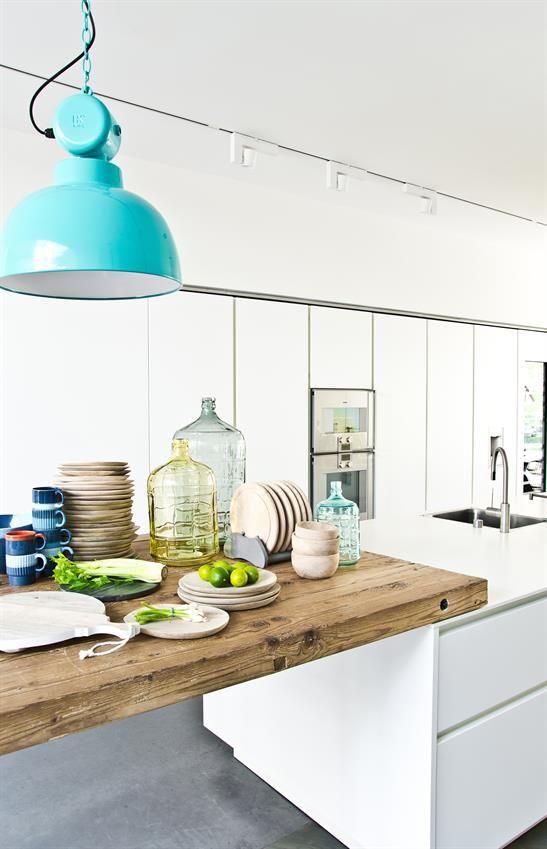 Witte keuken met mooi houten keukenblad #kitchen  ingebouwde hoge kasten