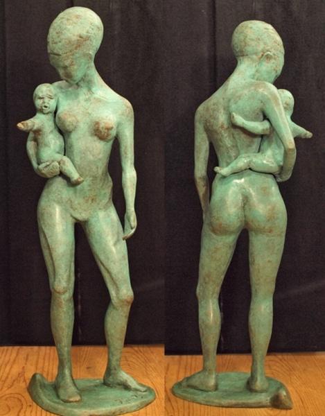 Titel kunstwerk: Moeder & kind  Omschrijving: Ik zag in Amsterdam een vrouw met haar haar hoog op het hoofd in een doek gebonden. dit gaf een surealistich beeld dat mij inspireerde om dit beeld te maken.